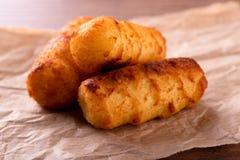 Τρία τηγανισμένα croquettes πατατών στο κομμάτι του καφετιού χαρτί Στοκ φωτογραφίες με δικαίωμα ελεύθερης χρήσης