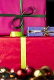 Τρία τύλιξαν τα δώρα, bowknots, τις σφαίρες και ακτινοβολούν στοκ φωτογραφία με δικαίωμα ελεύθερης χρήσης