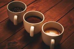 Τρία φλυτζάνια του espresso, πρόσφατα επίγειος καφές και φασόλια καφέ στοκ φωτογραφίες με δικαίωμα ελεύθερης χρήσης