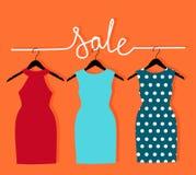 21ee3fa20745 Τρία φορέματα σε μια κρεμάστρα και μια πώληση επιγραφής Διανυσματική  απεικόνιση με την πώληση των ενδυμάτων