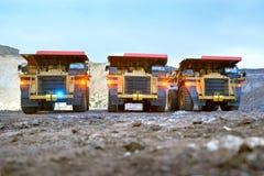 Τρία φορτηγά απορρίψεων λατομείων με τις συμπεριλαμβανόμενες διαστάσεις Στοκ Εικόνα