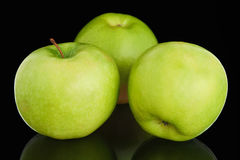 Τρία φρέσκα ώριμα πράσινα μήλα Στοκ Εικόνες