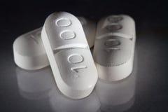 Τρία χάπια με την αντανάκλαση στοκ φωτογραφία με δικαίωμα ελεύθερης χρήσης