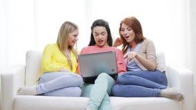 Τρία χαμογελώντας έφηβη με το lap-top στο σπίτι φιλμ μικρού μήκους