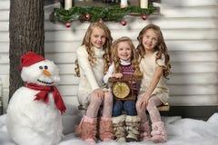 Τρία χαριτωμένα κορίτσια που περιμένουν τα Χριστούγεννα στοκ φωτογραφία με δικαίωμα ελεύθερης χρήσης