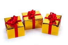 Τρία χρυσά κιβώτια δώρων Στοκ φωτογραφία με δικαίωμα ελεύθερης χρήσης