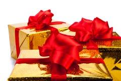 Τρία χρυσά κιβώτια δώρων Στοκ εικόνες με δικαίωμα ελεύθερης χρήσης