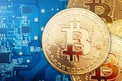 Τρία χρυσά νομίσματα του bitcoin βρίσκονται στην τηλεοπτική κάρτα Στοκ φωτογραφία με δικαίωμα ελεύθερης χρήσης
