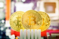 Τρία χρυσά νομίσματα του bitcoin στα πλαίσια της μητρικής κάρτας Στοκ εικόνα με δικαίωμα ελεύθερης χρήσης
