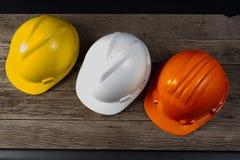 Τρία χρωματισμένο κράνος για τους μηχανικούς στοκ φωτογραφία