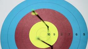 Τρία χτυπήματα rrows στο στόχο Δέκα σημεία Κλείστε επάνω το βίντεο απόθεμα βίντεο