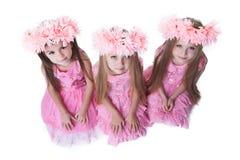 Τρία όμορφα μικρά κορίτσια με τα ρόδινα στεφάνια στοκ φωτογραφία με δικαίωμα ελεύθερης χρήσης