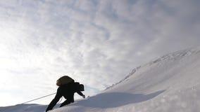 Τρία Alpenists το χειμώνα αναρριχούνται στο σχοινί στο βουνό Οι ταξιδιώτες αναρριχούνται στο σχοινί στη νίκη τους μέσω του ανήφορ στοκ φωτογραφία με δικαίωμα ελεύθερης χρήσης