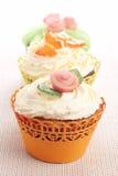 Τρία cupcakes που διακοσμούνται με τις διακοσμήσεις αμυγδαλωτού Στοκ φωτογραφίες με δικαίωμα ελεύθερης χρήσης