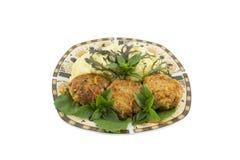 Τρία cutlets με τις πολτοποιηίδες πατάτες και σαλάτα που απομονώνεται στοκ φωτογραφία με δικαίωμα ελεύθερης χρήσης
