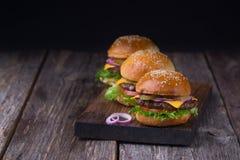 Τρία juicy burgers βόειου κρέατος Στοκ Φωτογραφία