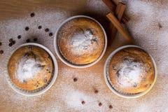 Τρία muffins με τη ζάχαρη τήξης Στοκ εικόνες με δικαίωμα ελεύθερης χρήσης