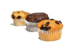 Τρία muffins στο άσπρο υπόβαθρο Σπιτικό αρτοποιείο, γλυκό, τρόφιμα Στοκ εικόνα με δικαίωμα ελεύθερης χρήσης