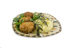 Τρία rissoles με τις πολτοποιηίδες πατάτες και σαλάτα που απομονώνεται στοκ εικόνα