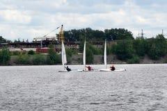Τρία sailboats σε μια πλέοντας φυλή στην απόσταξη στοκ εικόνες