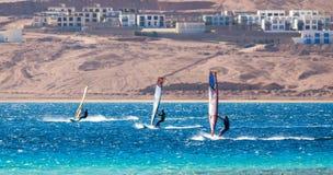 Τρία surfers ανταγωνίζονται στη Ερυθρά Θάλασσα στη λιμνοθάλασσα στην Αίγ στοκ φωτογραφίες