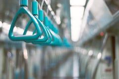 Τρίγωνα που κρεμούν στο κιγκλίδωμα μέσα στη μεταφορά μετρό Στοκ Φωτογραφίες