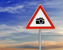 Τρίγωνο στην προσοχή καμερών οδικών σημαδιών ράβδων με το νεφελώδη ουρανό Στοκ φωτογραφία με δικαίωμα ελεύθερης χρήσης