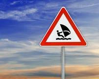 Τρίγωνο στη βάρκα οδικών σημαδιών ράβδων που πλέει με το νεφελώδη ουρανό Στοκ Εικόνες