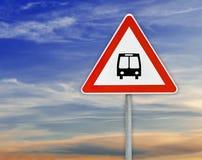 Τρίγωνο στη στάση λεωφορείου οδικών σημαδιών ράβδων με το νεφελώδη ουρανό Στοκ εικόνες με δικαίωμα ελεύθερης χρήσης