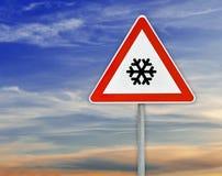 Τρίγωνο στο οδικό σημάδι ράβδων για το κρύο με το νεφελώδη ουρανό Στοκ Φωτογραφίες