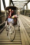 τρίκυκλο φυλών ταξί lisu λόφων κοριτσιών ποδηλάτων Στοκ Φωτογραφία