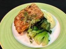 Τρίξιμο κοιλιών χοιρινού κρέατος στο πράσινο πιάτο στοκ εικόνες