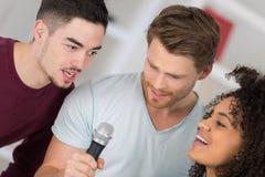 Τρίο που κάνει ένα τραγούδι στοκ εικόνες