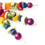 Τρίο των ζωηρόχρωμων τροπικών φρούτων kebabs Στοκ φωτογραφία με δικαίωμα ελεύθερης χρήσης