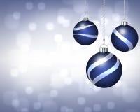 Τρίο των μπλε και ασημένιων διακοσμήσεων Χριστουγέννων στην αστραπή Backgro Στοκ φωτογραφίες με δικαίωμα ελεύθερης χρήσης
