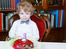 Τρίτα γενέθλια εορτασμού μικρών παιδιών και να βγάλει από τη θέση που ήταν τα κεριά Στοκ Εικόνες