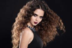 Τρίχα κοριτσιών ομορφιάς Σγουρό hairstyle Κορίτσι Brunette με το υγιές lo Στοκ Φωτογραφίες