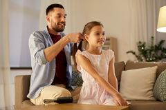 Τρίχα κορών πλεξίματος πατέρων στο σπίτι στοκ εικόνες