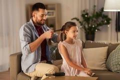 Τρίχα κορών πλεξίματος πατέρων στο σπίτι στοκ φωτογραφίες
