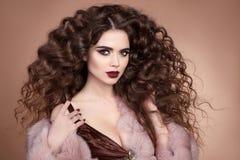 Τρίχα ομορφιάς Πορτρέτο brunette μόδας της όμορφης προκλητικής γυναίκας μ Στοκ Φωτογραφία