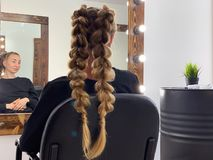 Τρίχα της γυναίκας πλεξίματος κομμωτών hairdressing στο σαλόνι στοκ φωτογραφία με δικαίωμα ελεύθερης χρήσης