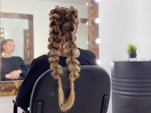 Τρίχα της γυναίκας πλεξίματος κομμωτών hairdressing στο σαλόνι στοκ εικόνα με δικαίωμα ελεύθερης χρήσης