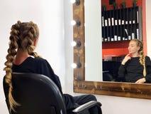 Τρίχα της γυναίκας πλεξίματος κομμωτών hairdressing στο σαλόνι στοκ εικόνες με δικαίωμα ελεύθερης χρήσης
