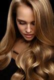 Τρίχα όγκου Όμορφο πρότυπο γυναικών με τη μακριά ξανθή τρίχα στοκ εικόνες