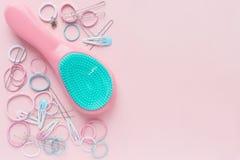 Τρίχα scrunchies και hairpins, βούρτσα γηα τα μαλλιά στο ρόδινο υπόβαθρο, έννοια ομορφιάς r r στοκ φωτογραφία με δικαίωμα ελεύθερης χρήσης