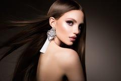 τρίχωμα Γυναίκα ομορφιάς με την πολύ μακριά υγιή και λαμπρή ομαλή καφετιά τρίχα Πρότυπη πανέμορφη τρίχα Brunette στοκ φωτογραφία