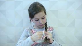 τρίχωμα κοριτσιών χτενών αυ απόθεμα βίντεο