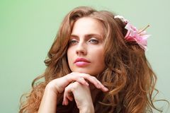 τρίχωμα λουλουδιών η γυναίκα της στοκ φωτογραφίες με δικαίωμα ελεύθερης χρήσης