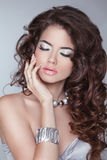 τρίχωμα μακρύ Πρότυπο γυναικών brunette μόδας ομορφιάς με κυματιστό hairsty Στοκ Εικόνα