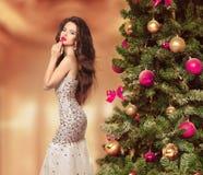 τρίχωμα μακρύ Όμορφο κορίτσι Brunette στο ύφος φορεμάτων πολυτέλειας μόδας Στοκ Εικόνα